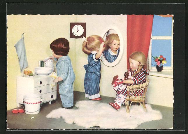 AK Drei Käthe Kruse-Puppen waschen, kämmen und ziehen sich an
