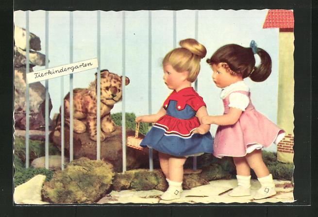 AK Zwei Käthe Kruse-Puppen im Tierkindergarten betrachten einen Tiger