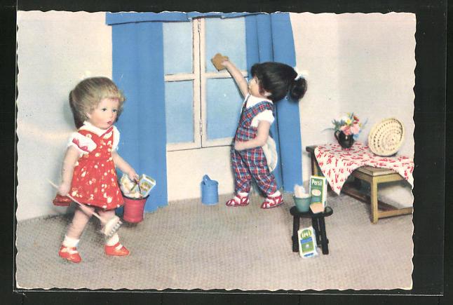 AK Käthe Kruse-Puppen putzen die Wohnung