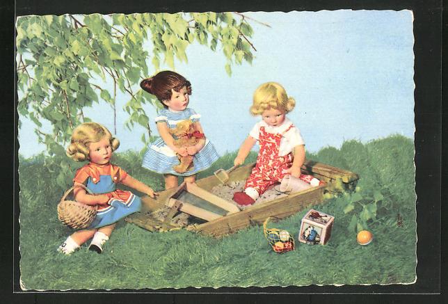 AK Drei Käthe Kruse-Puppen in Kleidern spielen im Sandkasten