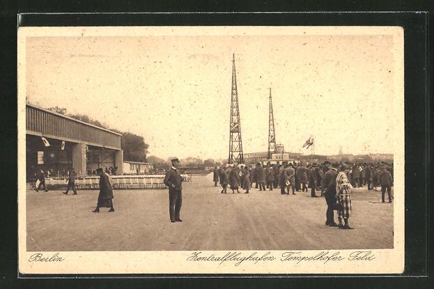 AK Berlin, Zentralflughafen Tempelhof, bei den Hangars