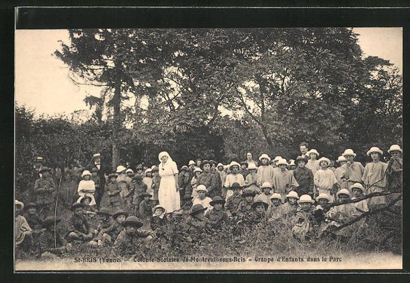 AK St-Bris, Colonte Scolaire de Montreuil-sous-Bois, Groupe d'Enfants dans le Parc 0