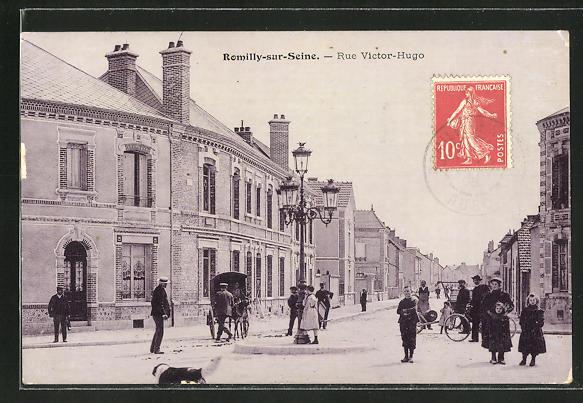 AK Romilly-sur-Seine, Rue Victor-Hugo, Strassenpartie mit Personen, Eselgespann