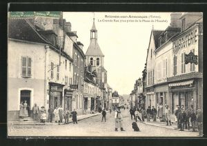 AK Brienon-sur-Armancon, La Grande Rue vue prise de la Place du Marche