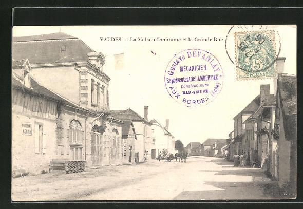 AK Vaudes, La Maison Commune et la Grande Rue