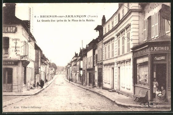 AK Brienon-sur-Armacon, La Grande-Rue , prise de la Place de la Mairie 0