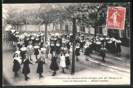AK Montlhery, Institution de Jeunes Filles dirigee par M. Barbe, Cour de Recreation 0