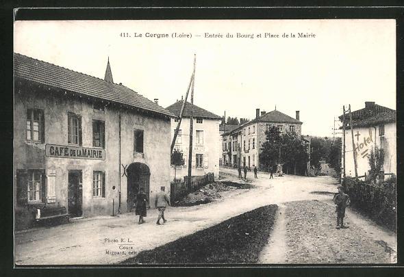 AK Le Cergne / Loire, Entrée du Bourg et Place de la Mairie 0