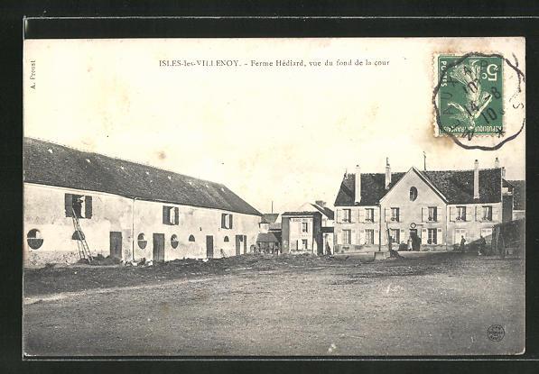AK Isles-les-Villenoy, Ferme Hédiard, vue du fond de la cour 0