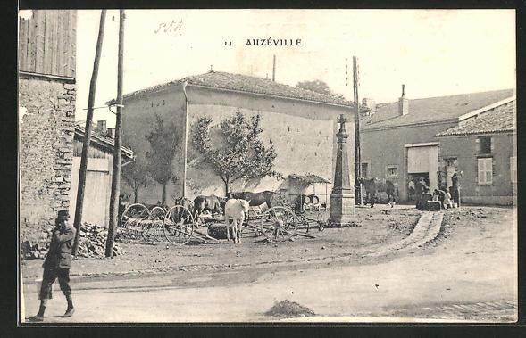 AK Auzéville, Strassenpartie am Kriegerdenkmal 0