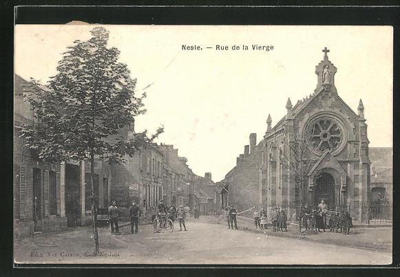 AK Nesle, Rue de la Vierge, Kinder vor der Kirche