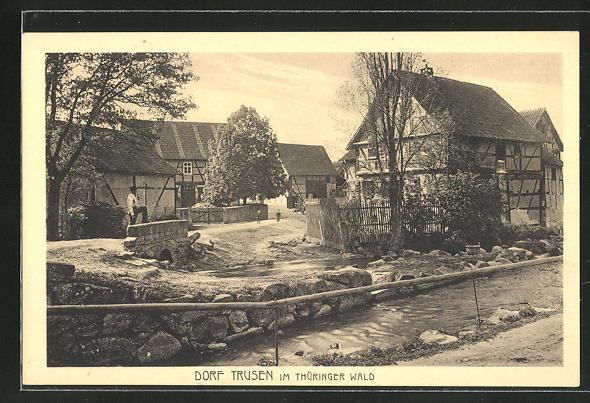 AK Dorf Trusen i. Thür. Wald, Strassenpartie am Fluss