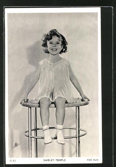 AK Schauspielerin Shirley Temple im Kleid auf einem Tisch sitzend