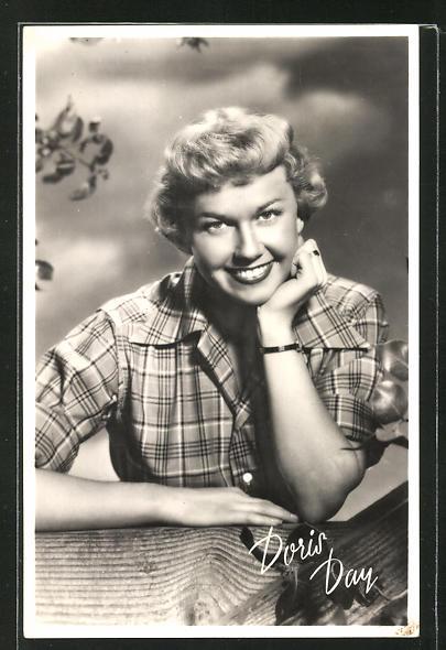 AK Schauspielerin Doris Day lächelnd den Kopf auf die Hand gestützt
