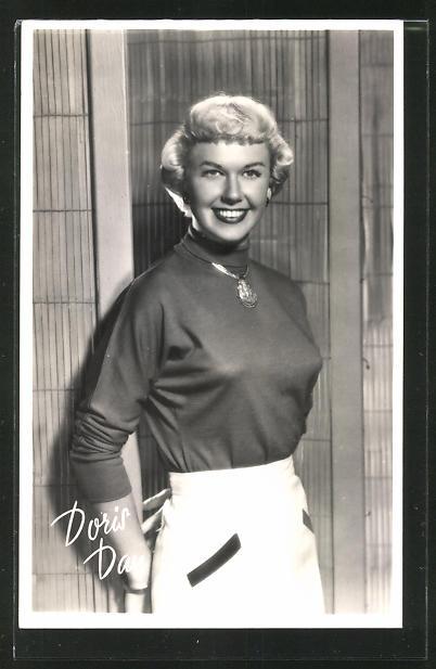 AK Schauspielerin Doris Day lächelnd an einer Tür stehend