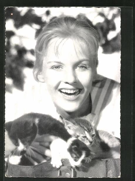 AK Schauspielerin Heidi Brühl mit niedlichen Kätzchen