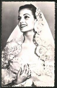 AK Schauspielerin Carmen Sèvilla im Kostüm zur Seite blickend