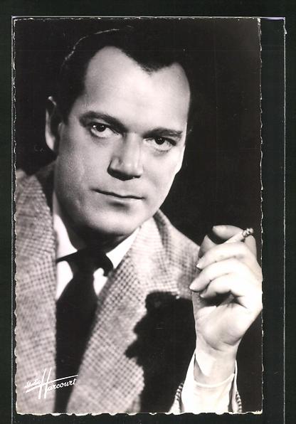 AK Schauspieler Eddie Constantine mit Zigarette ernst schauend