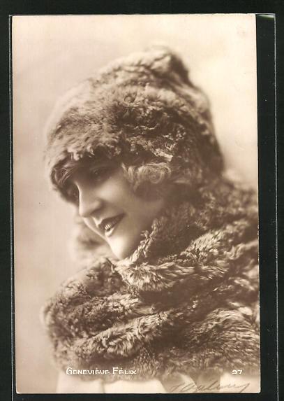 AK Schauspielerin Geneviève Felif im Kostüm einer Filmrolle