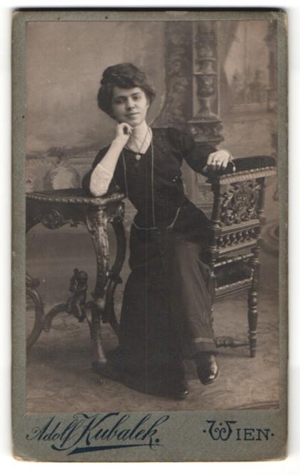Fotografie Adolf Kubalek, Wien, Portrait junge Dame in zeitgenöss. Garderobe