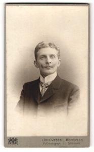 Fotografie L. Otto Weber, Meiningen, Portrait junger Herr mit Oberlippenbart und zeitgenöss. Frisur