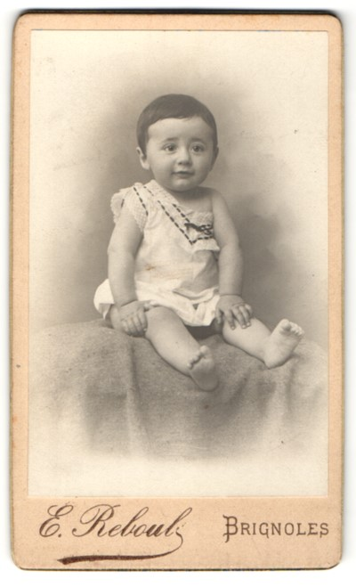 Fotografie E. Reboul, Brignoles, Portrait Kleinkind in Leibchen