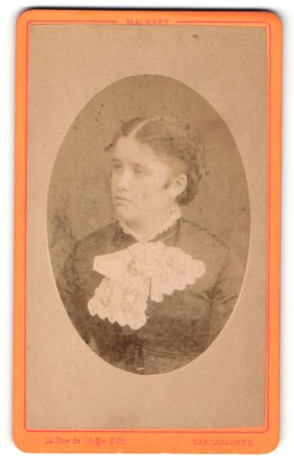 Fotografie Malbret, Carcassonne, Portrait junge Frau mit zusammengebundenem Haar