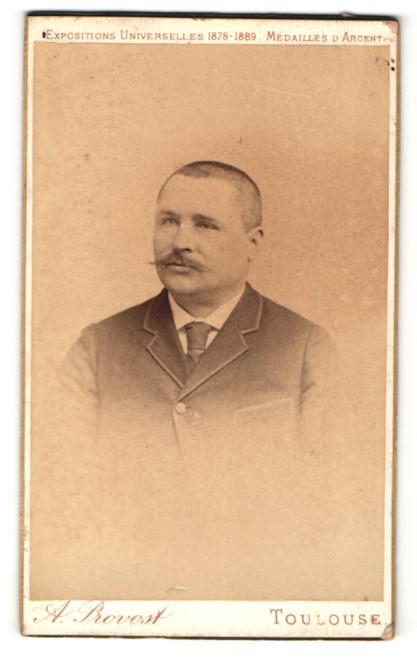 Fotografie A. Provost, Toulouse, Portrait Mann mit rasiertem Haupthaar