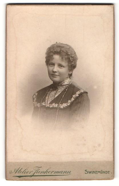 Fotografie Atelier Junkermann, Swinemünde, Portrait junge Frau mit zusammengebundenem Haar
