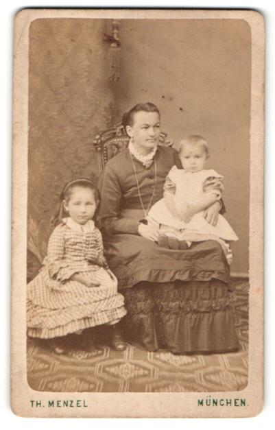 Fotografie Th. Menzel, München, Portrait Mutter mit zwei Kindern