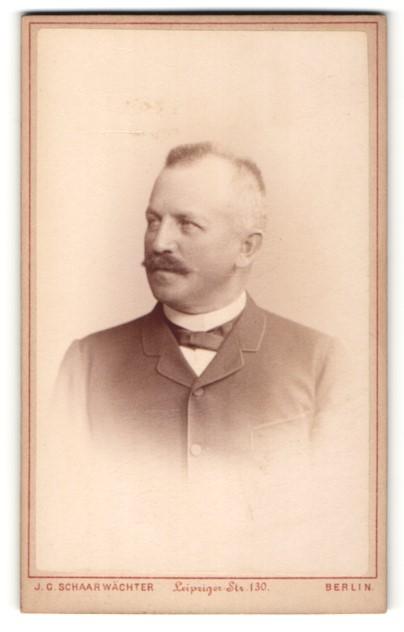 Fotografie J. C. Schaarwächter, Berlin, Portrait Herr mit Bürstenhaarschnitt