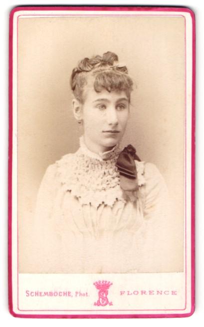 Fotografie Schemboche, Florence, Portrait Fräulein mit zeitgenöss. Frisur