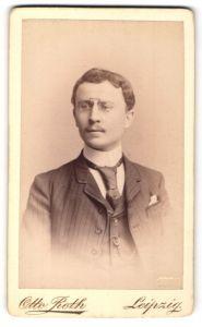 Fotografie Otto Roth, Leipzig, Portrait junger Herr mit Zwicker