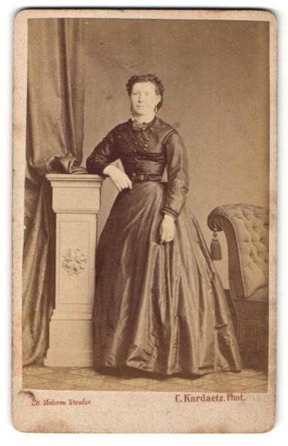 Fotografie C. Kardaetz, Berlin, Portrait Dame in zeitgenöss. Kleidung