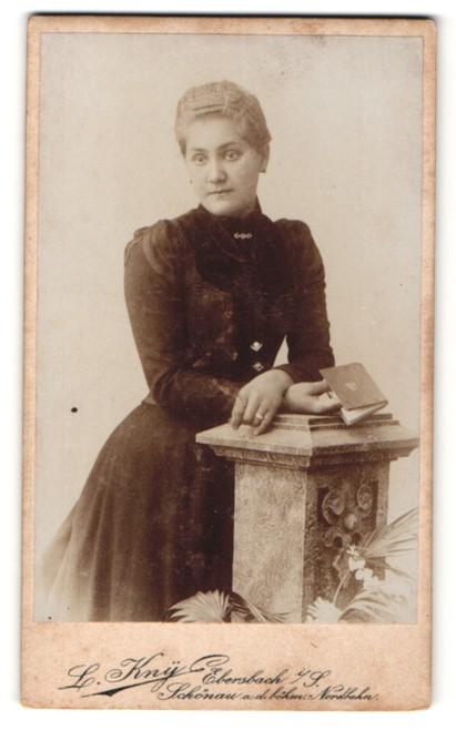 Fotografie L. Kny, Ebersbach i/S, Portrait junge Dame mit zusammengebundenem Haar