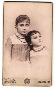 Fotografie W. Sonntag, Kremsier, Portrait Mädchen und kleine Schwester