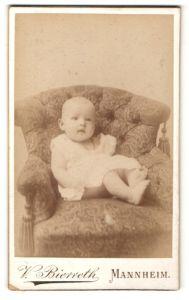 Fotografie V. Bierreth, Mannheim, Säugling in Kleidchen