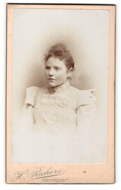 Fotografie H. Richers, Hannover, Portrait Fräulein mit zusammengebundenem Haar