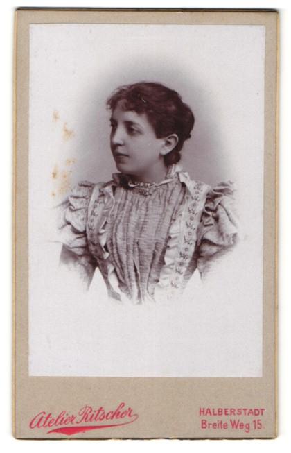 Fotografie Atelier Ritscher, Halberstadt, Portrait junge Frau mit zusammengebundenem Haar