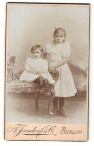 Fotografie A. Jandorf & Co., Berlin, Portrait Kleinkind und Mädchen in Kleid