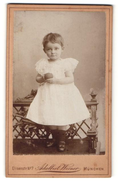Fotografie Adalbert Werner, München, Portrait kleines Mädchen mit Gummiball