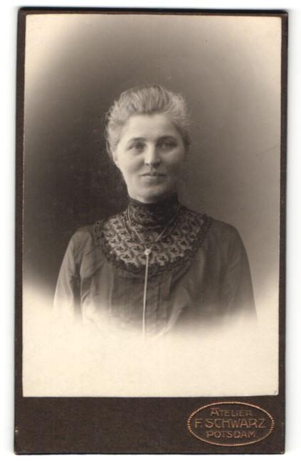 Fotografie F. Schwarz, Potsdam, Portrait Frau in zeitgenöss. Garderobe