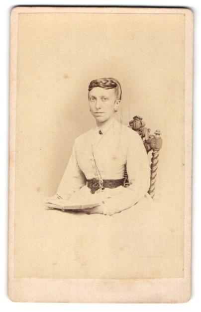 Fotografie W. Grigoleit, Rathenow, Portrait Dame mit zeitgenöss. Frisur