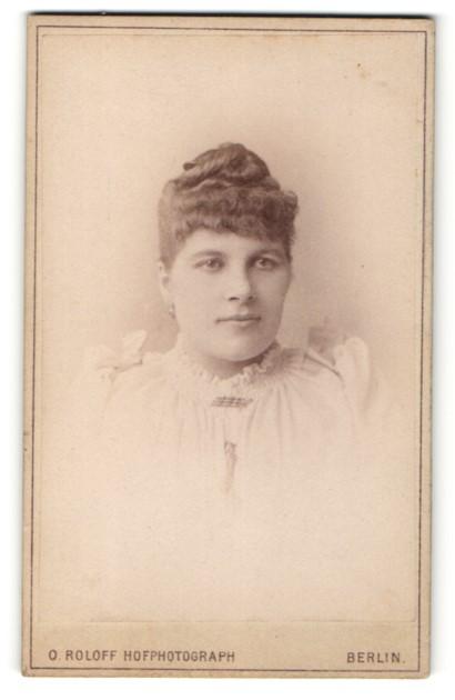Fotografie O. Roloff, Berlin, Portrait junge Frau mit zusammengebundenem Haar