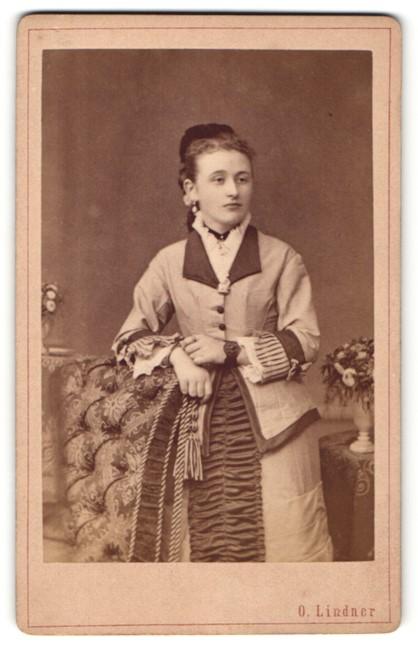 Fotografie O. Lindner, Frankfurt a/O, Portrait junge Dame in festlicher Garderobe