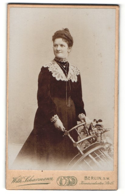 Fotografie Wilh. Scharmann, Berlin-SW, Portrait junge Dame mit Hochsteckfrisur