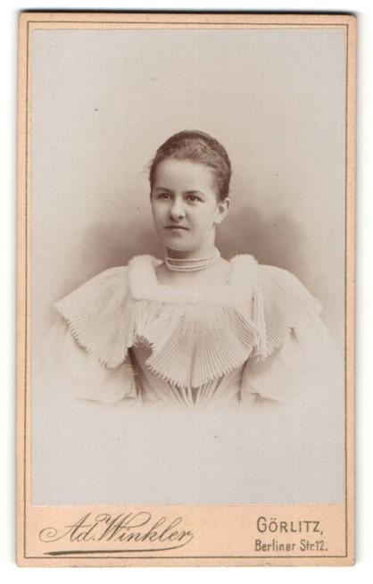 Fotografie Ad. Winkler, Görlitz, Portrait junge Frau mit zusammengebundenem Haar