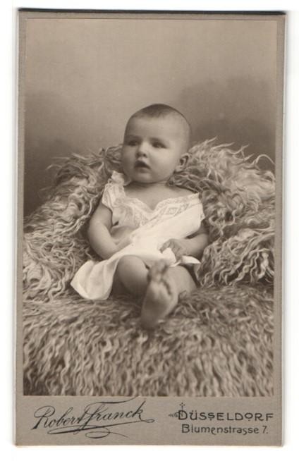 Fotografie Robert Franck, Düsseldorf, Portrait Säugling auf Fell