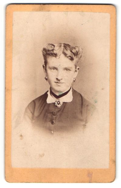 Fotografie R. Bachner, Suhl, Portrait Fräulein mit zeitgenöss. Frisur