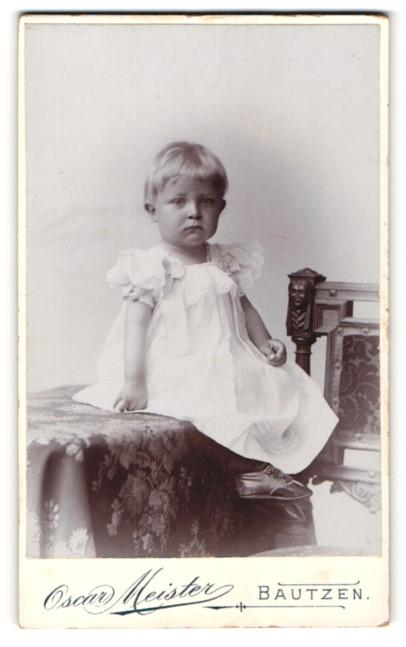 Fotografie Oscar Meister, Bautzen, Portrait Kleinkind in Kleidchen